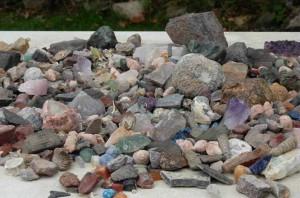 Edelstenen en mineralen zoeken in de natuur.